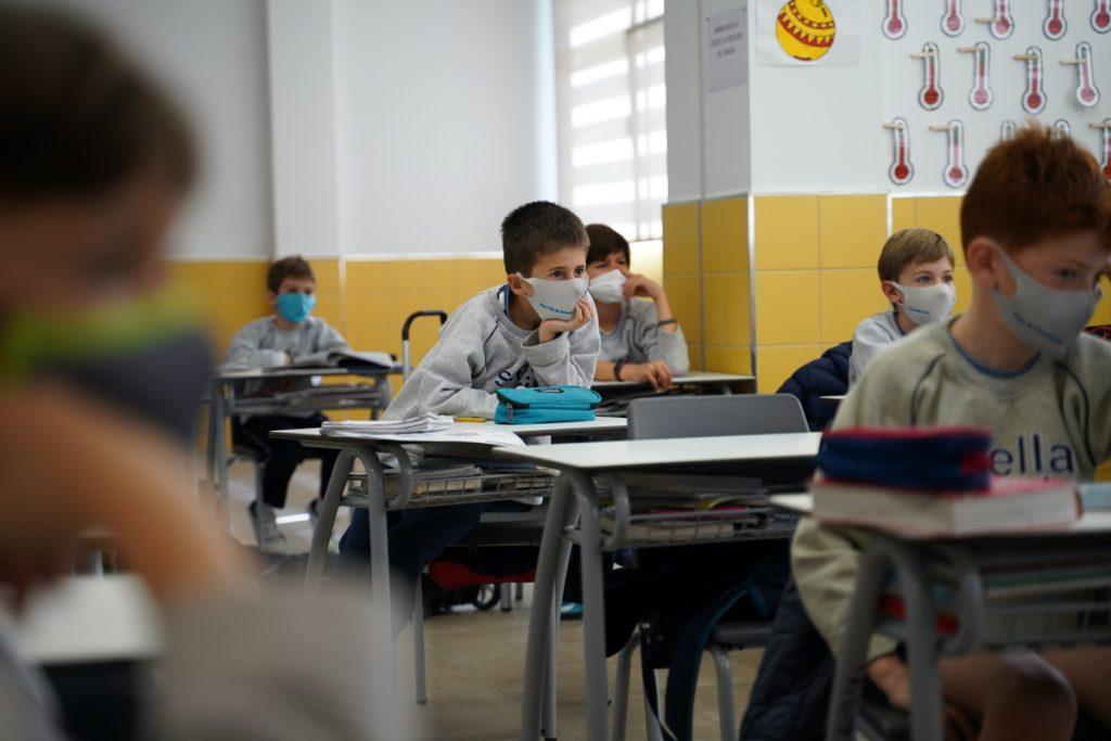 """Imagen de niños en clase ilustrando la sección """"Matrículas"""""""