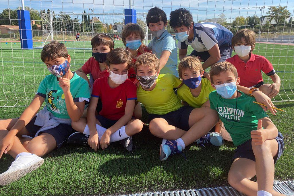 alumnos-futbol-mascarilla-stella-maris
